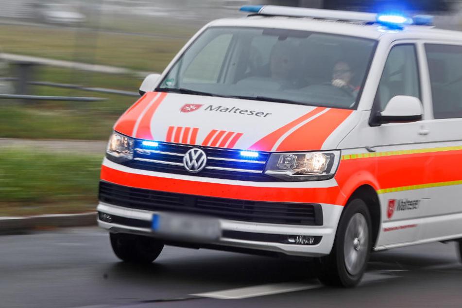Der verletzte Mann musste ins Krankenhaus gebracht werden. (Symbolbild)