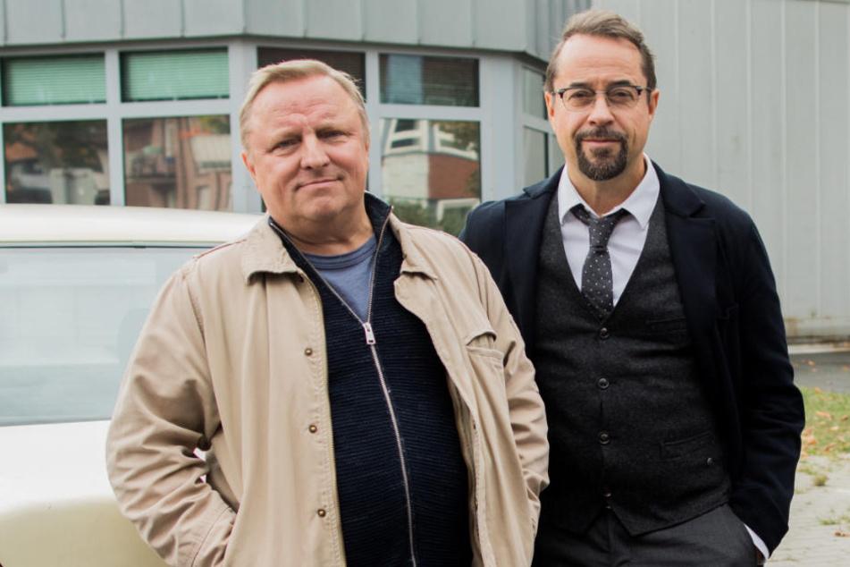 """Jan Josef Liefers (r), und Axel Prahl stehen bei Dreharbeiten zum Tatort """"Spieglein, Spieglein"""" (AT) vor der JVA Münster."""