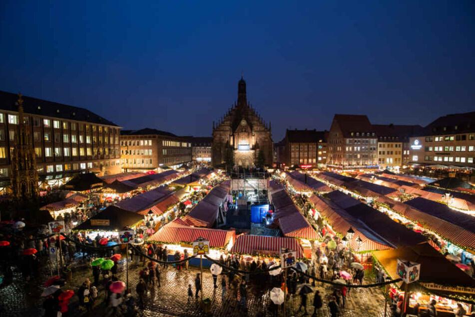 Trotz Regen kamen Tausende zur Eröffnung des Nürnberger Christkindlesmarkts.