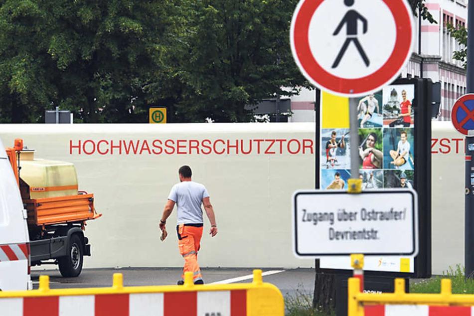 Während einer Übung wurde an der Brühlschen Gasse das drei mal zehn Meter  große mobile Fluttor aufgebaut.