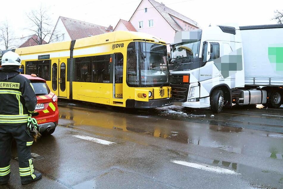 Auf der Reicker Straße krachte ein Lkw in eine Straßenbahn.