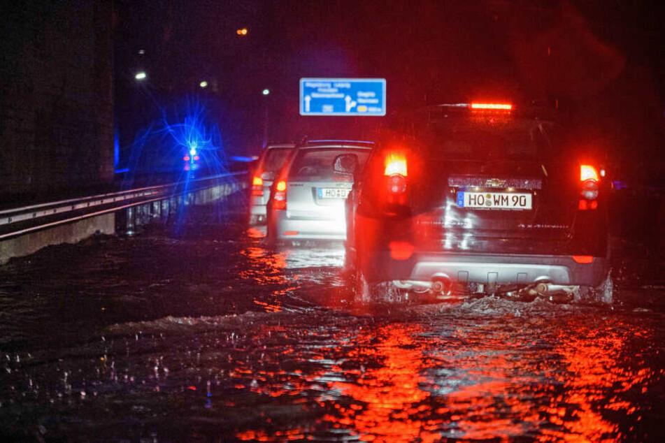 Autos stehen auf der Autobahn A115 zwischen Berlin und Potsdam wegen Hochwasser während eines Sommergewitters im Stau.