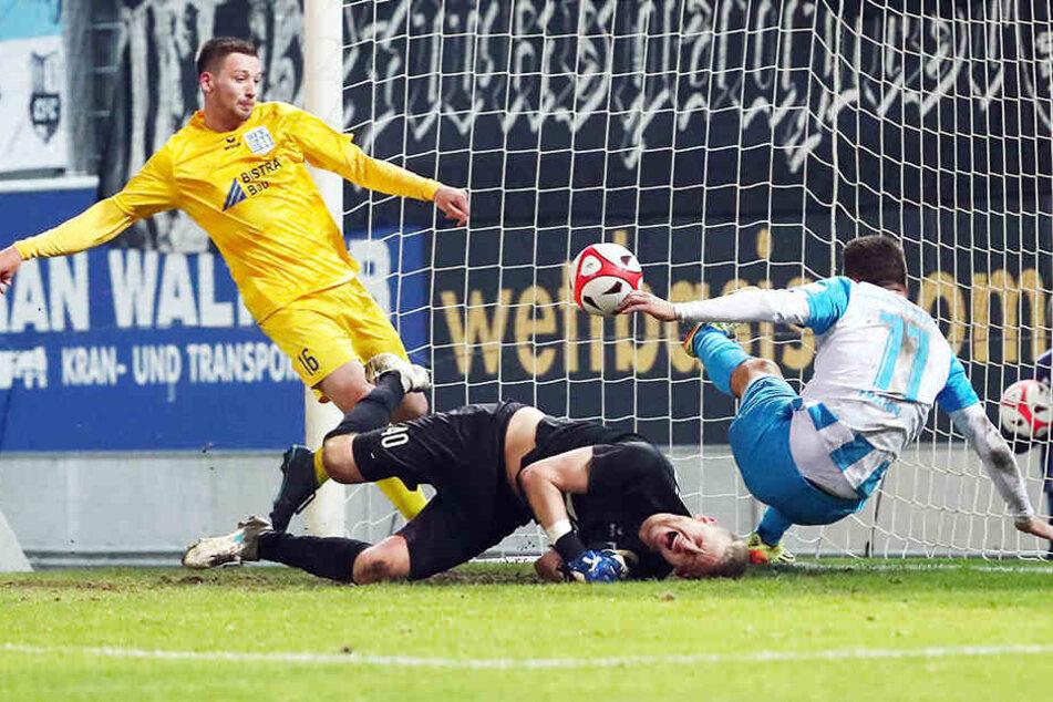 Rustikal ging es im Pokalduell zur Sache: Die Schiebocker Dominic Meinel (r.) und Torwart Dominik Reissig retten gegen CFC-Torjäger Daniel Frahn.