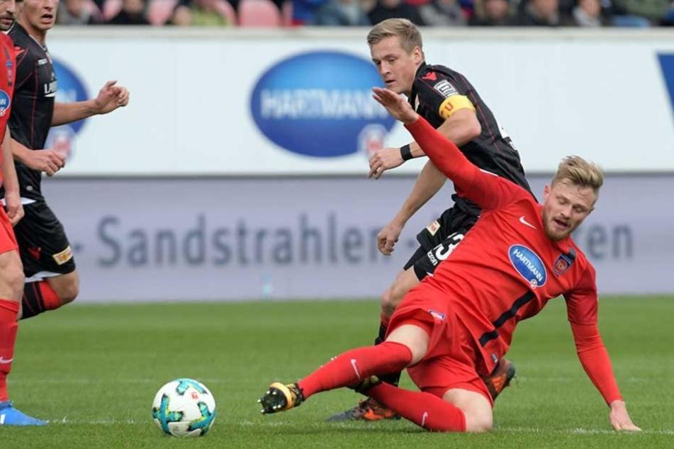 Heidenheims Marcel Titsch-Rivero (vorn) und Felix Kroos kämpfen um den Ball.