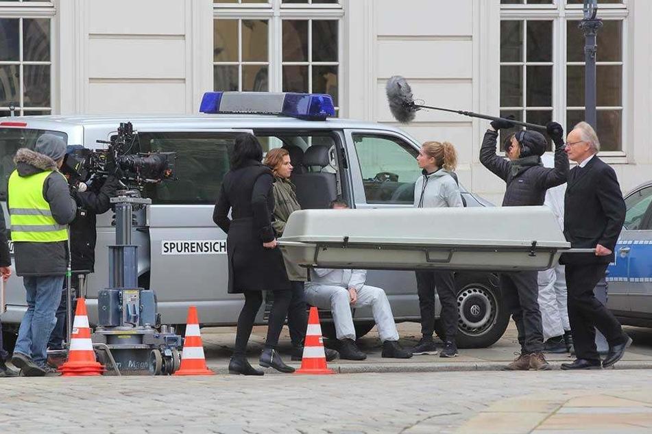 """Platz da für die """"Leiche""""! Die TV-Kommissarinnen Karin Hanczewski (36, Mitte) und Cornelia Gröschel (30, 3.v.r.) vorm Kurländer Palais - der tote Wirt wird gerade abtransportiert."""