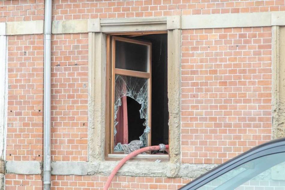 Durch den Brand entstand an dem Haus erheblicher Schaden, mehrere Scheiben gingen zu bruch.