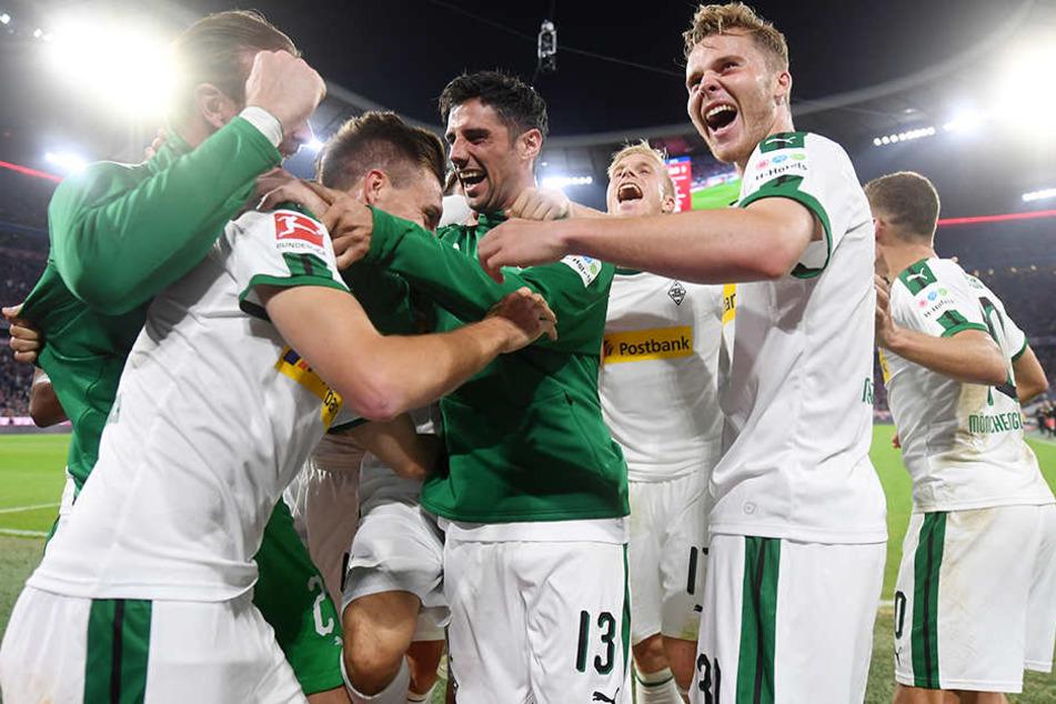 Die Spieler von Borussia Mönchengladbach bejubeln den Treffer zum 3:0-Endstand beim FC Bayern München.