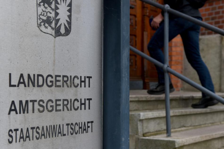 Schleswig-Holstein, Flensburg: Blick auf den Eingang zum Landgericht