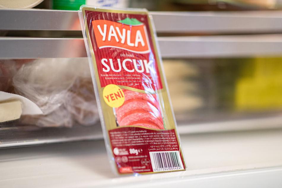 """Eine Packung """"Sucuk"""" liegt in der Unternehmenszentrale von Yayla in einem Kühlschrank."""