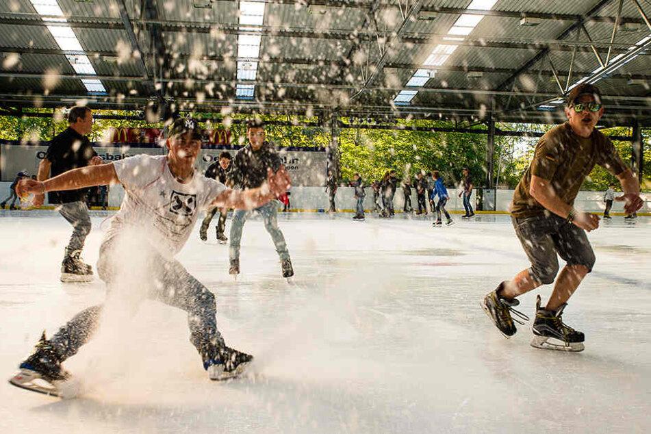 Sichtlich viel Freude hatten die Eisläufer am Sonntag auf der Bielefelder Oetker Eisbahn.