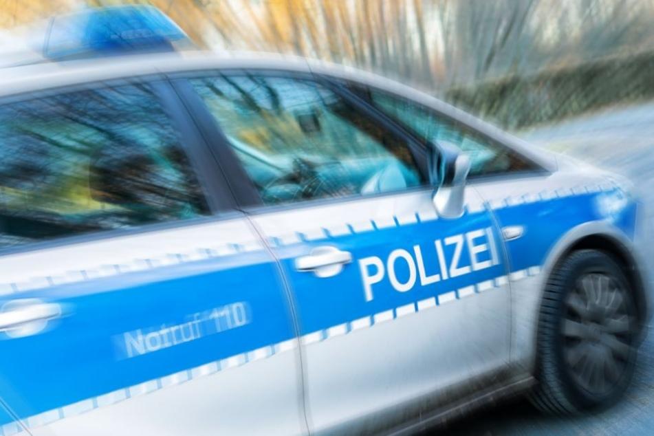 Die Polizei sperrte die Landstraße bis 14 Uhr. (Symbolbild)