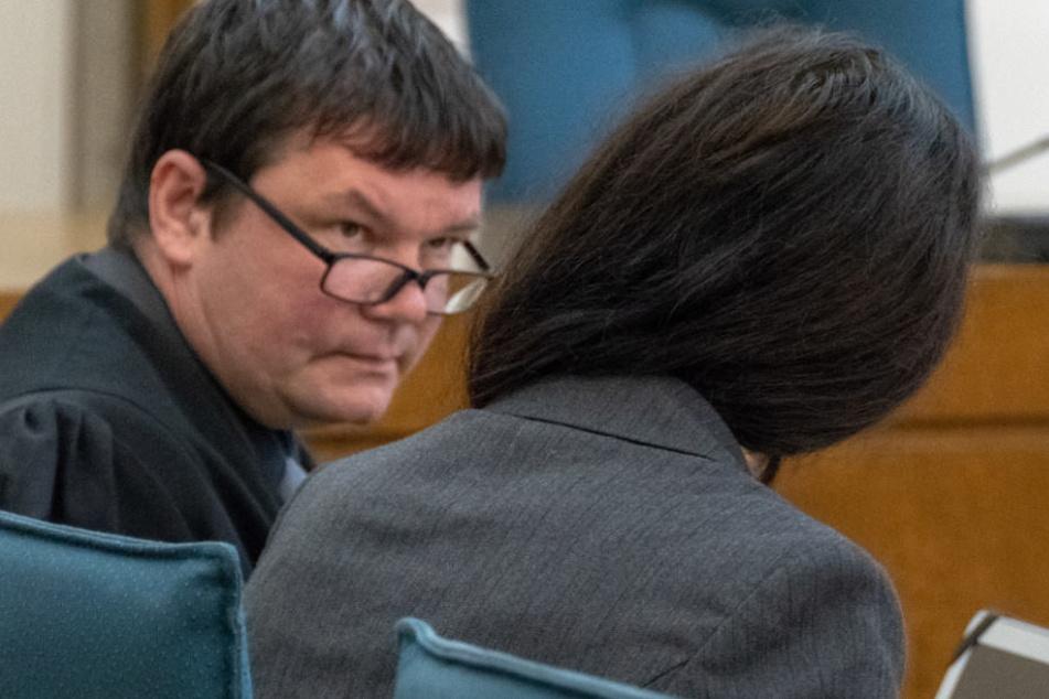 Die Angeklagte (r.) musste sich vor einem Gericht in Passau verantworten.