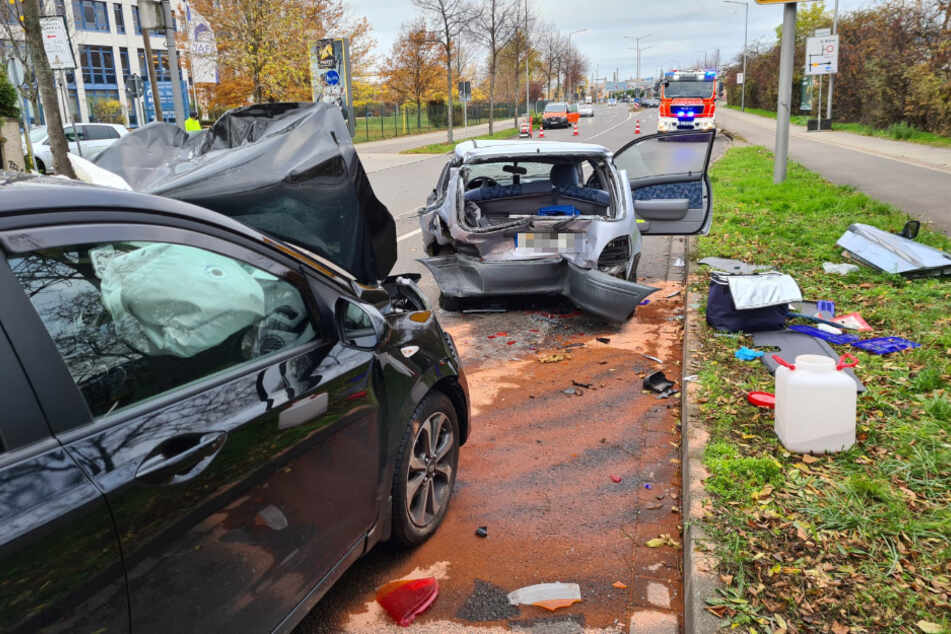 Durch den heftigen Aufprall wurde der Fahrer des Hyundai in seinem Fahrzeug eingeklemmt.