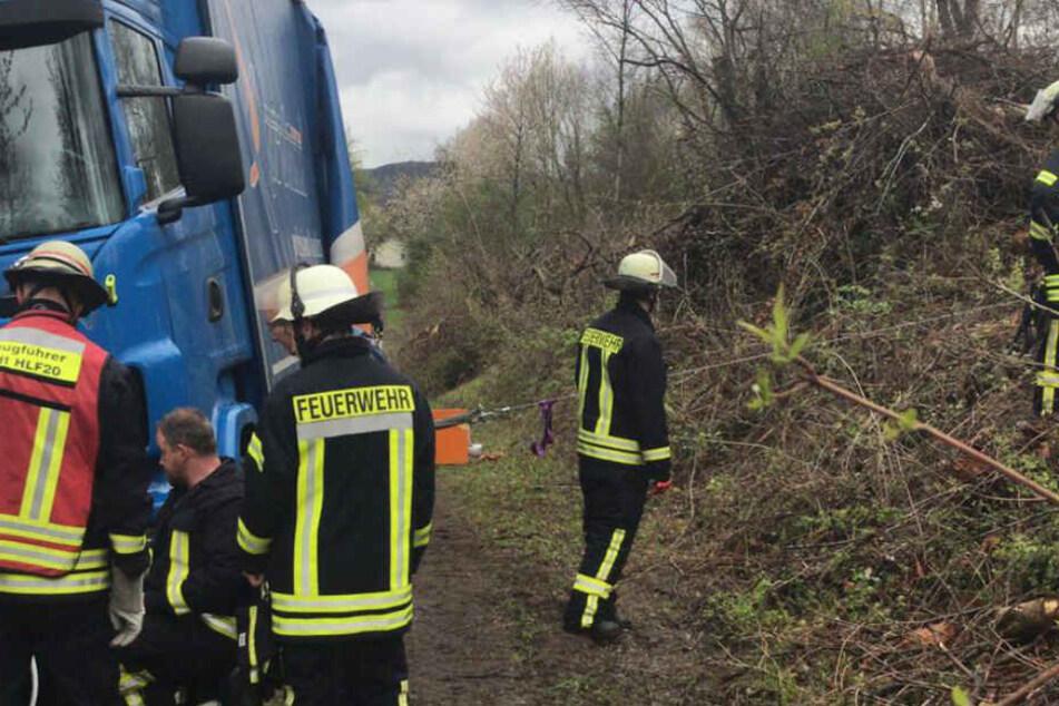 Die Feuerwehr musste den Lkw mit mehreren Stahlseilen sichern.