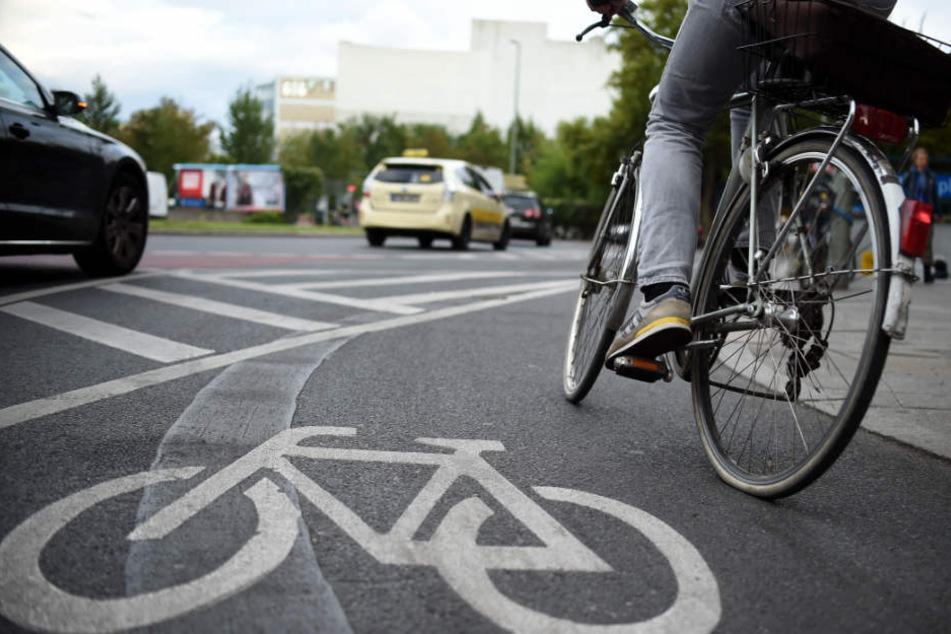 In Hamburg werden die Fahrradwege vermehrt auf die Straße verlagert.