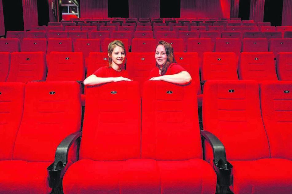 Die Kino-Mitarbeiterinnen Svenja Besen (18) und Marie-Luise Paduch (27) inmitten der bequemen Sessel.