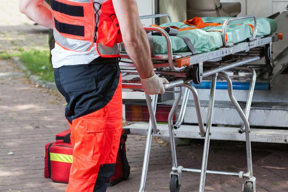 Der Beifahrer des verstorbenen 18-Jährigen musste schwer verletzt ins Krankenhaus gebracht werden. (Symbolbild)