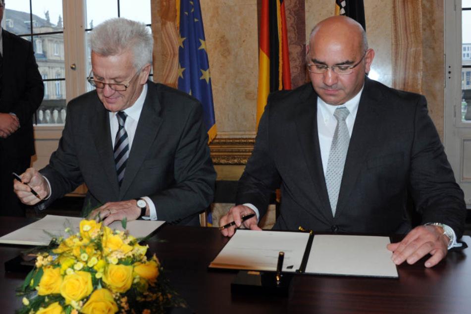 Winfried Kretschmann (links) und Danieß Strauß unterzeichneten 2013 den Staatsvertrag zwischen Baden-Württemberg und dem Verband deutscher Sinti und Roma. (Archiv)