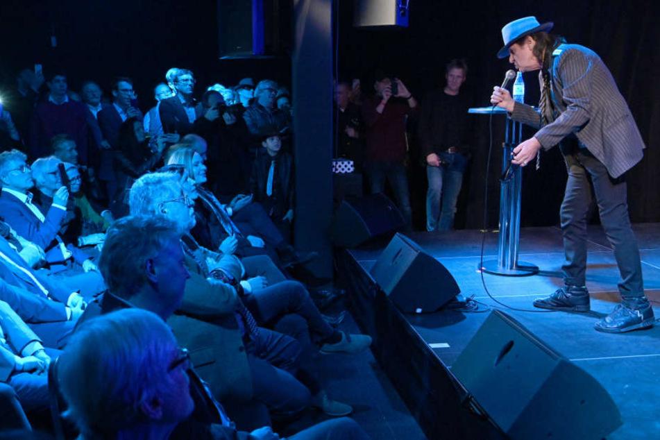 """Udo Lindenberg singt bei der Neueröffnung des """"rock'n'popmuseum""""."""