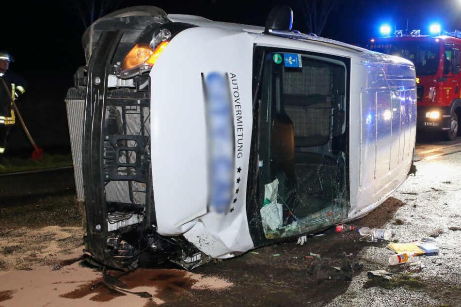 Zwei Verletzte: Transporter prallt gegen Schild und überschlägt sich