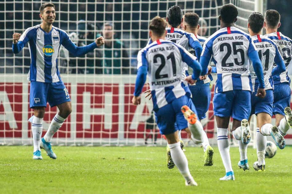 Die Mannschaft rennt zu Marko Grujic (l.) . Der Serbe machte den Einzug ins DFB-Pokal-Achtelfinale perfekt.