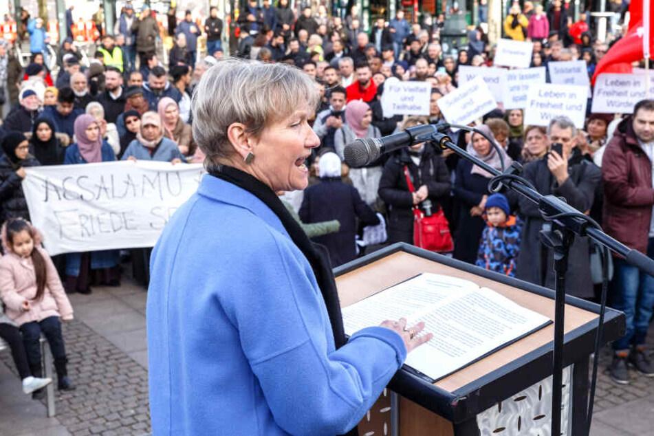 Die evangelische Bischöfin Kirsten Fehrs spricht auf dem Rathausmarkt in Hamburg auf einer Friedenskundgebung für die Christchurch-Opfer, zu der der Rat der islamischen Gemeinschaften aufgerufen hatte.