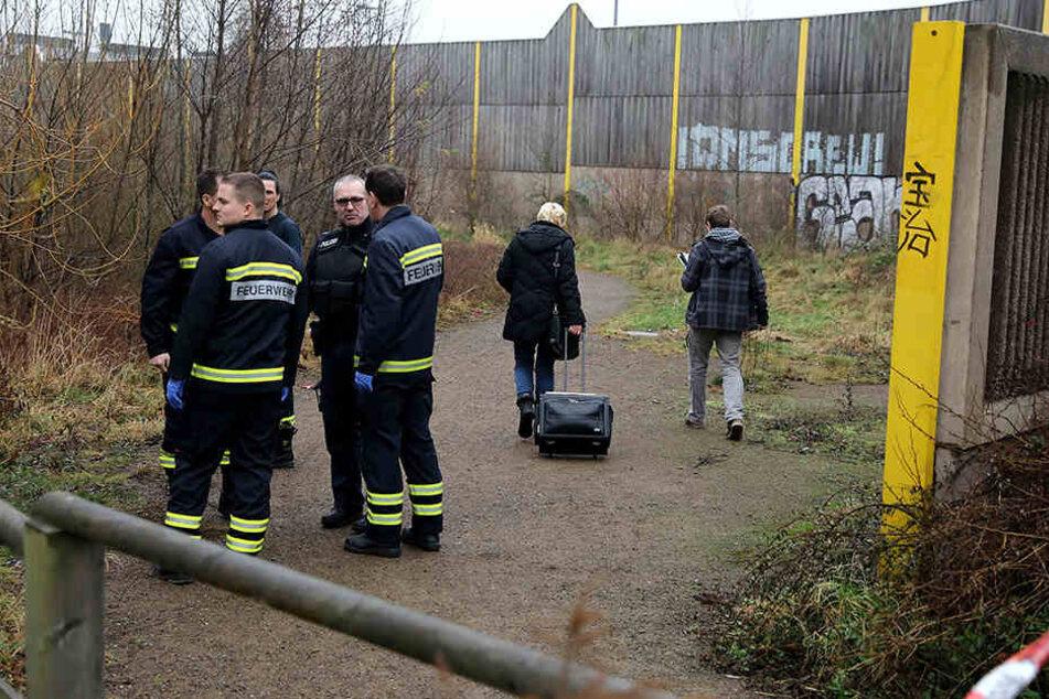 In Dresden-Cotta wurde am Freitag eine Leiche gefunden, die Polizei ermittelt, die Feuerwehr war auch vor Ort.