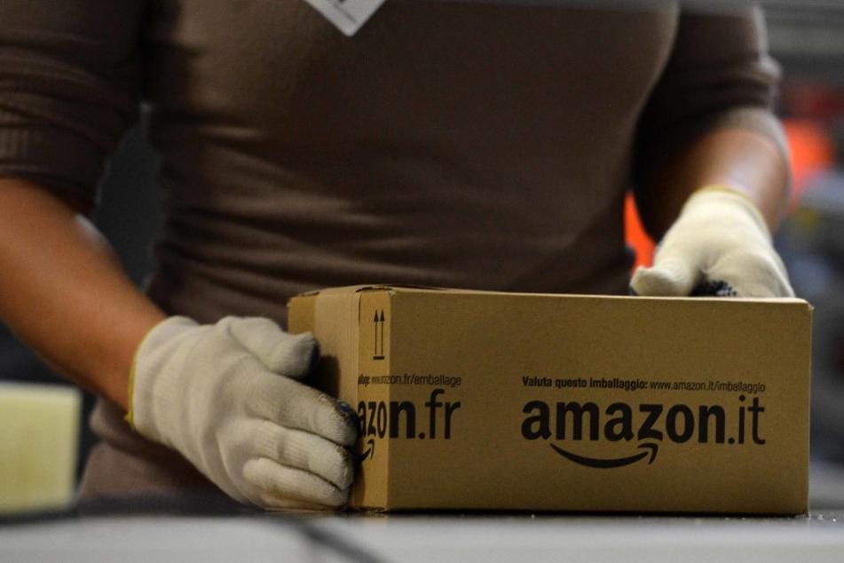 """""""Grüße von Onkel Adolf"""": Diese erschreckende Nachricht fand eine Amazon-Kundin in ihrem Päckchen."""
