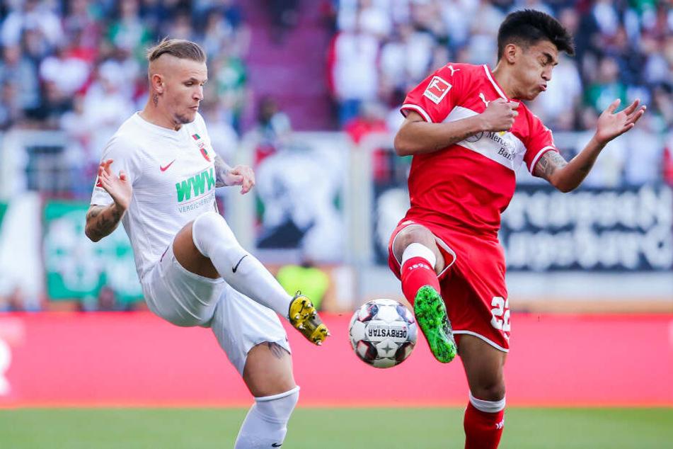 Stuttgarts Argentinier Nicolás González versucht Augsburgs Jonathan Schmid zu blocken.