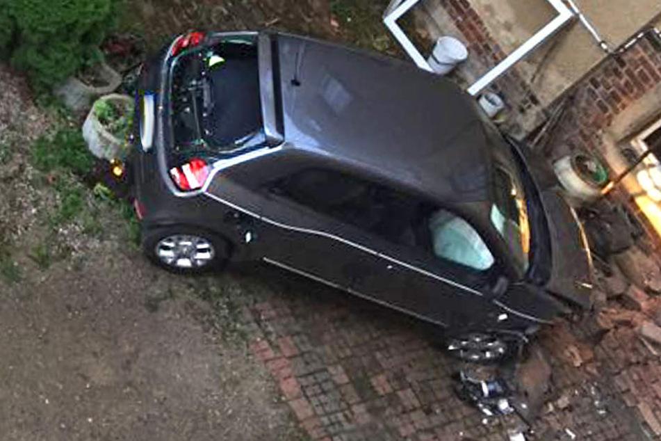 Frau fährt eigene Schwester um und demoliert mehrere Autos