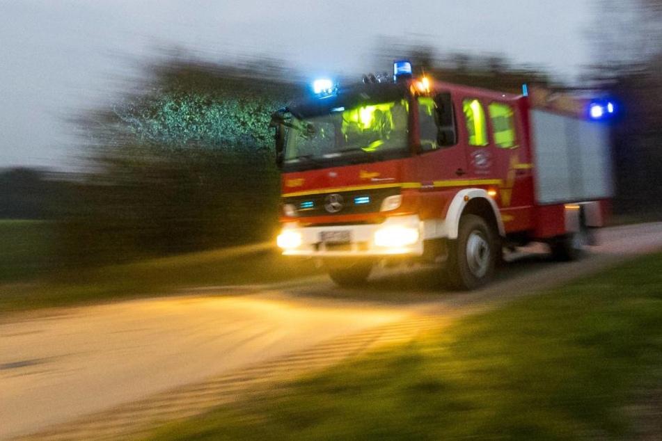 Das Auto fing Feuer, der Fahrer hatte keine Chance. (Symbolbild Feuerwehr)