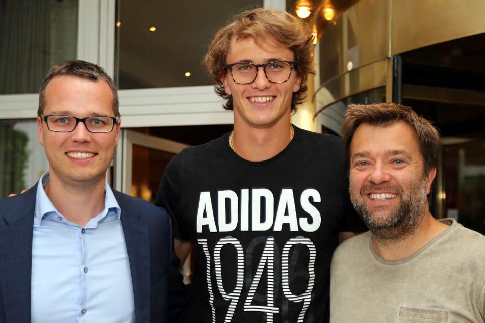 Deutschlands Tennis-Superstar Alexander Zverev (Mitte) ist in Halle (Westfalen) eingetroffen und wurde von (links) und Thorsten Liebich (beide Turnierdirektion Gerry Weber Open) begrüßt.