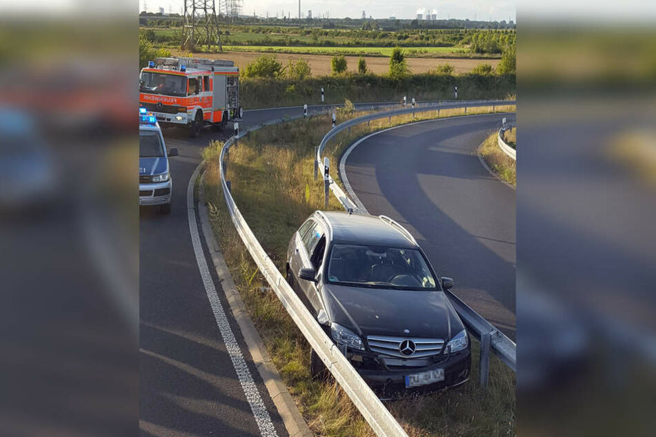 Ein 64-Jähriger hat bei Düsseldorf sein Auto zwischen zwei Leitplanken verkeilt.