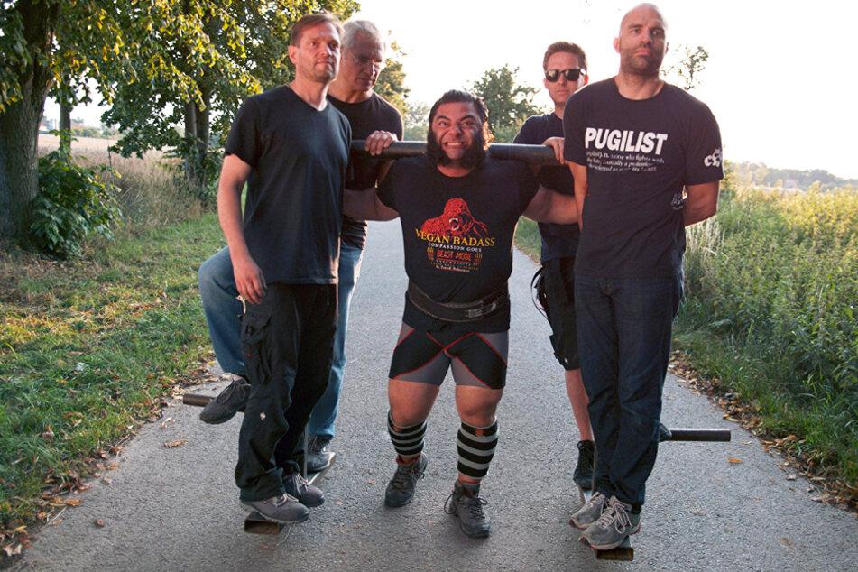 Patrik Baboumian (M.) sicherte sich 2011 den Titel als stärkster Mann Deutschlands - als Veganer. Auch der frühere Mixed-Martial-Arts-Fighter James Wilks (r.) ernährt sich rein pflanzlich.