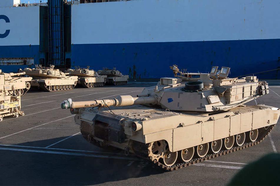 """Im Januar wurden bereits US-Panzer in Bremerhaven vom Transportschiff """"Resolve"""" entladen."""