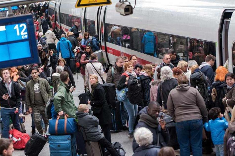 Überall in Deutschland vielen Züge aus. Tausende Reisende saßen auf Bahnhöfen fest.
