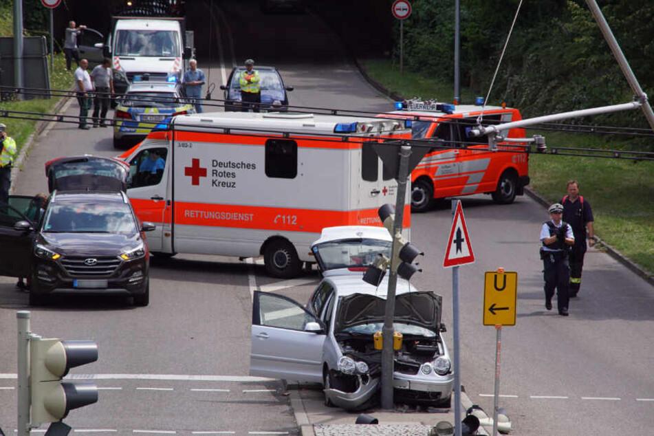 Der Autofahrer kam aus dem Tunnel in Stuttgart-Neugereut und krachte frontal in eine Ampel.