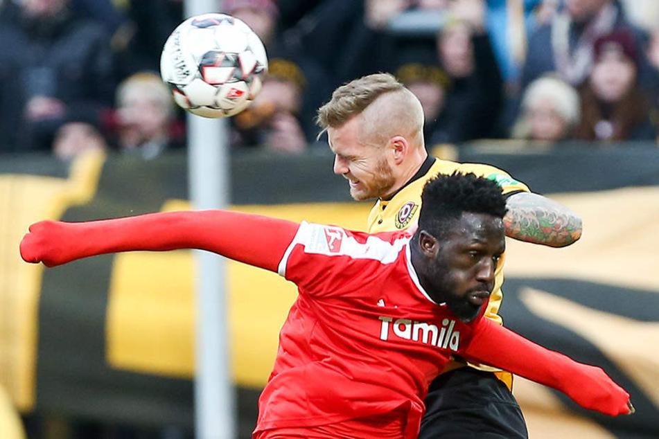 Auch gegen körperlich größere Angreifer wie hier Kiels Kingsley Schindler (vorn) macht Dynamos Abwehrmann Brian Hamalainen mittlerweile eine gute Figur.