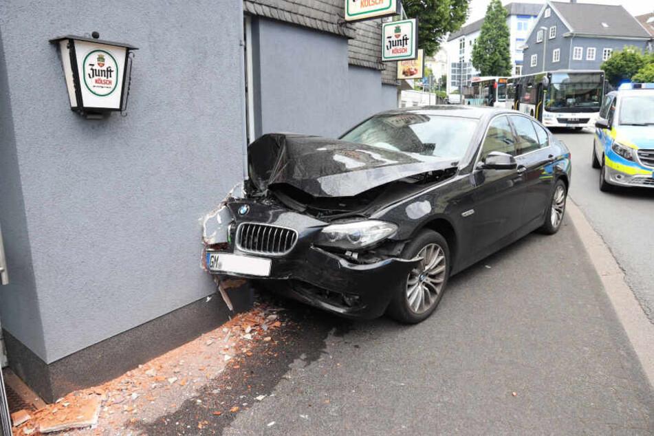 Die Fahrt des BMW endete in einer Hauswand.