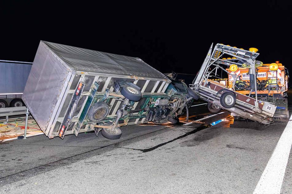 Der Transporter krachte in den Schilderwagen.