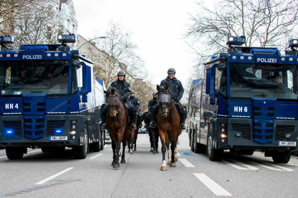 Die Polizei musste Wasserwerfer gegen Randalierer einsetzen. (Symbolbild)