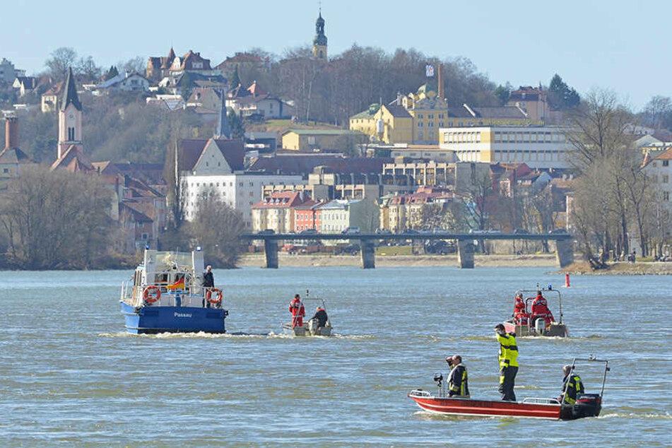 Einsatzkräfte mit Booten suchen in Passau auf der Donau nach einem versunkenen Fahrzeug.
