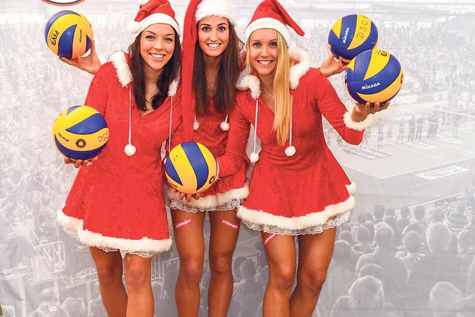 Schöner kann frau für das Volleyball-Highlight am 6. Dezember nicht werben: Die DSC-Girls Katharina Schwabe, Myrthe Schoot und Mareen Apitz (v.l.) im Weihnachtskostüm.