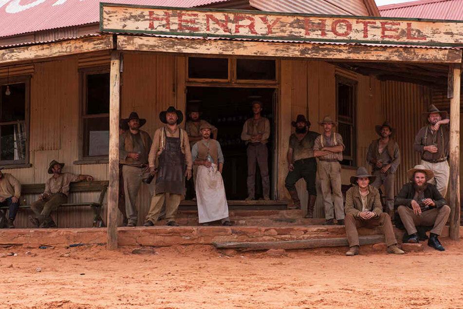 Die weißen Dorfleute lassen die Aborigines ihre Abneigung deutlich spüren.