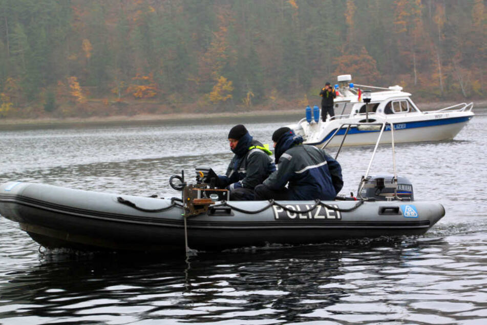 Mit mehreren Booten und Sonargeräten suchen die Spezialisten nach dem Vermissten.