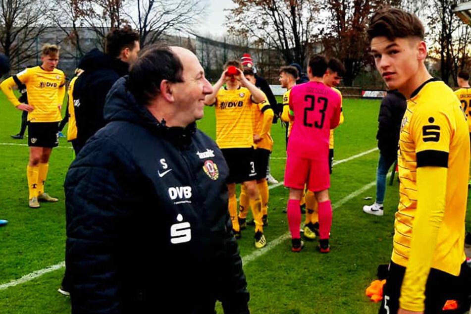 Dynamo Dresdens Spieler waren nach dem Erfolg völlig platt, hatten sie doch alles raus gehauen. Doch die Freude steht 1:0-Torschützen Maximilian Großer (r.) ins Gesicht geschrieben.
