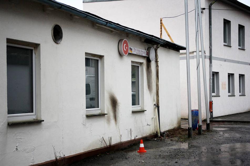 An der Fassade sind noch Spuren des Angriffs zu sehen.
