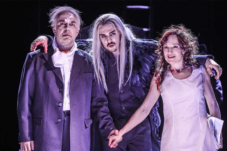 Der Meister (Andreas Manz-Kozár) und Margarita (Ulrike Euen) mit Teufel Voland (Jan Gerrit Brüggemann, Mitte).