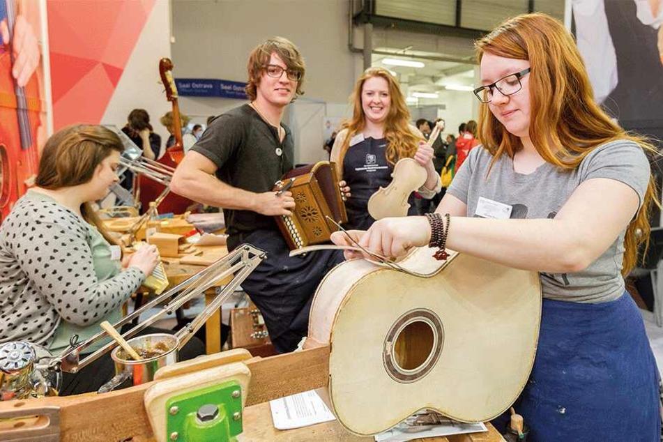 Auch Instrumentebauer präsentieren sich auf der Berufe-Messe.