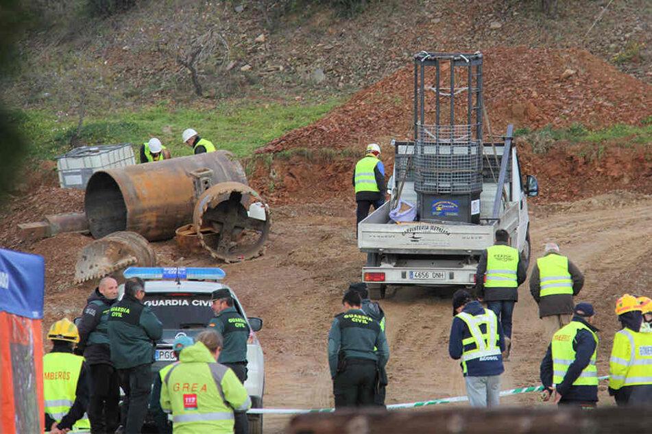 In diesem Korb werden die Arbeiter abwechselnd in den Schacht abgelassen.